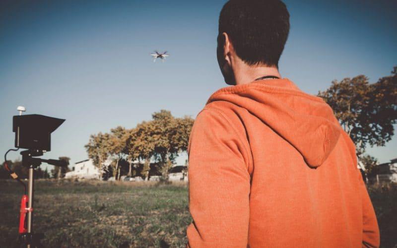 image d'un élève télépilote qui fait voler son drone