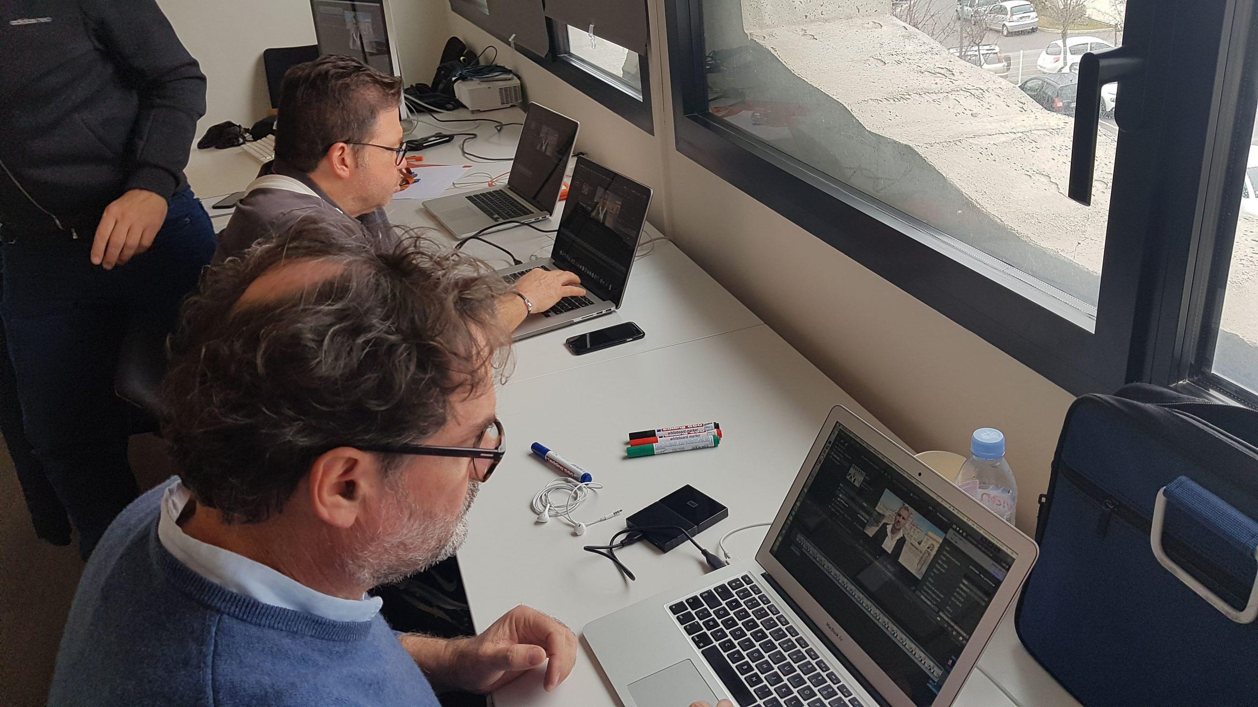 deux élèves sur leurs ordinateurs lors de la formation montage vidéo