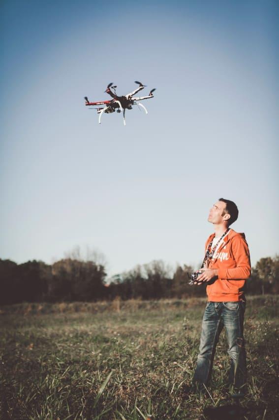 Baptiste simonot fait voler un drone dans un champ