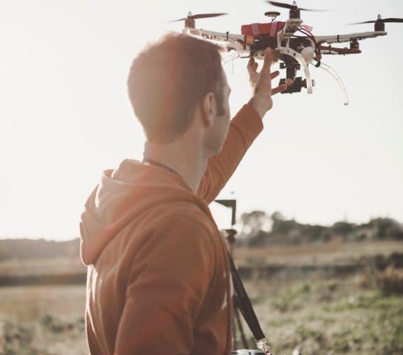 baptiste simonot fait décoller son drone