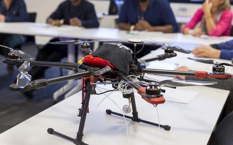 drone sur une table avec les élèves