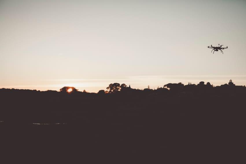 drone avec comme fond un coucher de soleil