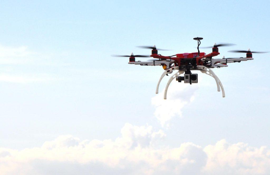 drone qui vole dans les airs
