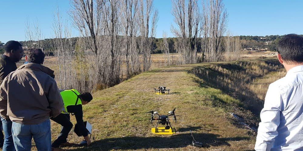 Deux drones déposés sur le socle de décollage