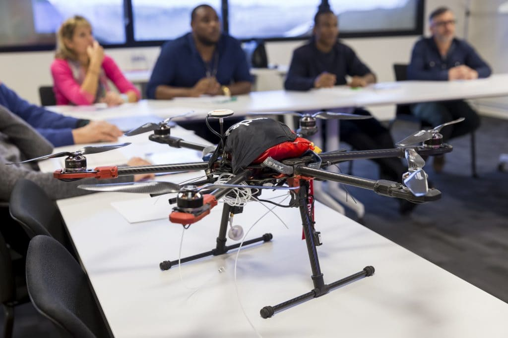 drone sur une table