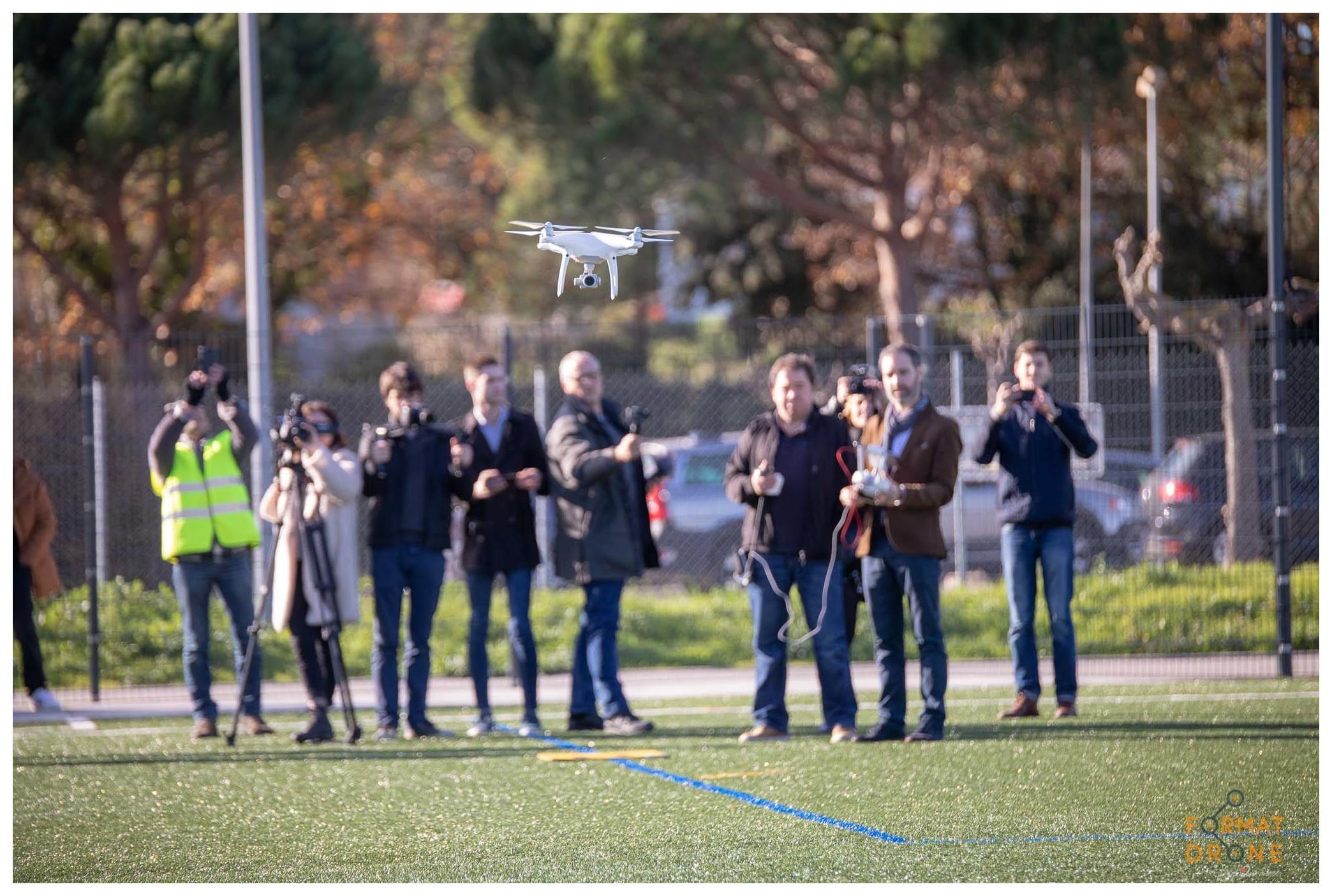 des personnes filment un drone volé