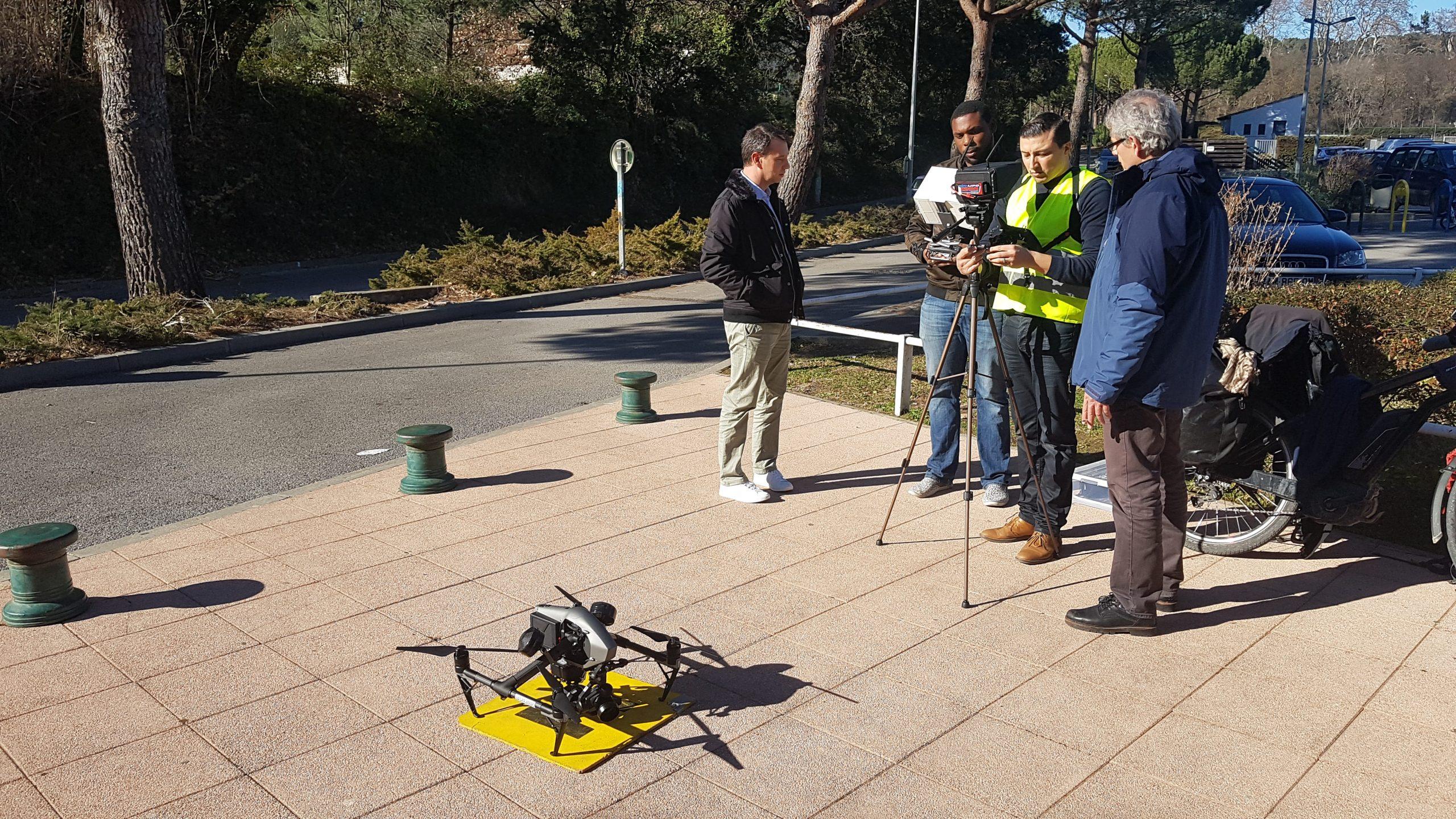 élève et formateur sur le point de faire voler un drone