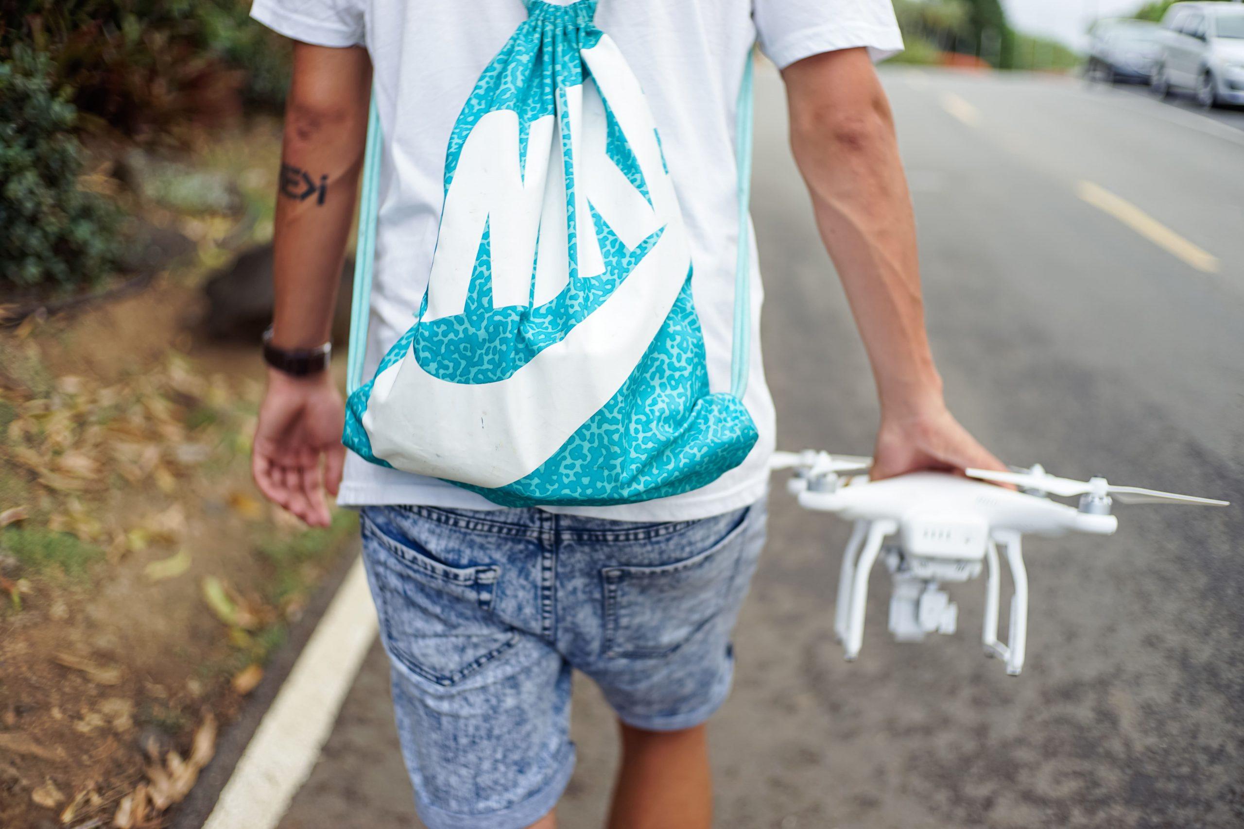 une personne a dans sa main un drone