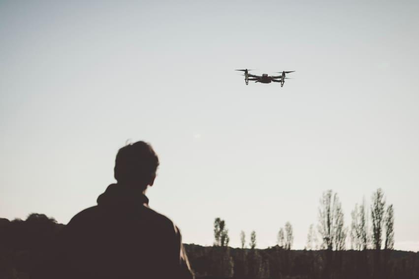 une personne fait voler son drone