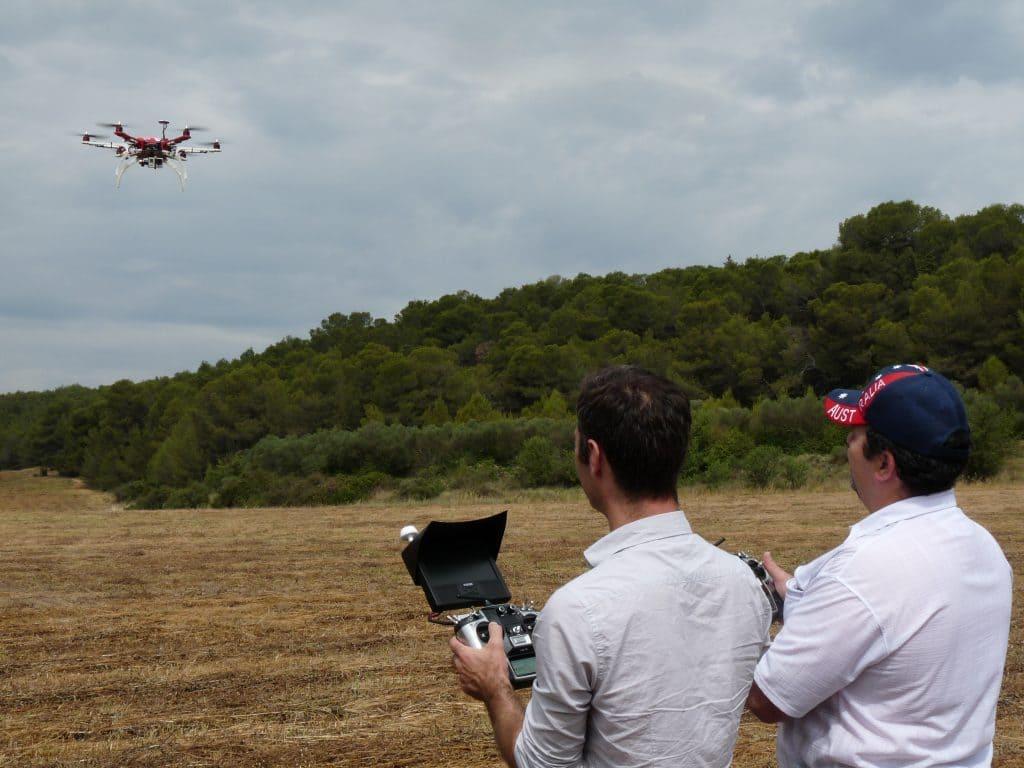 un stagiaire et un formateur qui utilise un drone